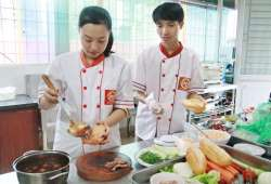 Học viên Lê Thị Quỳnh Lâm và Lương Hồng Mạnh khóa học làm nhân bánh mì tại Học Món Việt