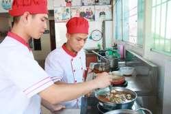 Tạ Quang Sỹ và Nguyễn Quốc Thế khóa học lẩu nướng mở quán tại Học Món Việt