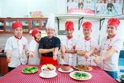 Phạm Thanh Vân, Đỗ Nhật Linh, Nguyễn Văn Bính, Trương Văn Cảng, Đặng Hoài Nam khóa học Đầu bếp Việt tại học Món Việt