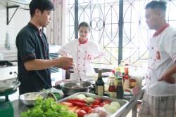 Học viên Nguyễn Đức Huy, Nguyễn Thị Thu Thảo khóa học làm nhân bánh mì tại Học Món Việt