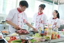 Học viên Nguyễn Thị Hiền, Nguyễn Thị Cẩm Tú, Nông Văn Lập khóa học làm nhân bánh mì tại Học Món Việt