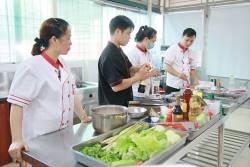 Học viên Nguyễn Thị Tiến, Nguyễn Thị Huyền Trang, Dương Văn Đại khóa học làm nhân bánh mì tại Học Món Việt