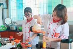Phạm Thị Nga và Trần Thị Hoài Diễm khóa học lẩu nướng mở quán tại Học Món Việt